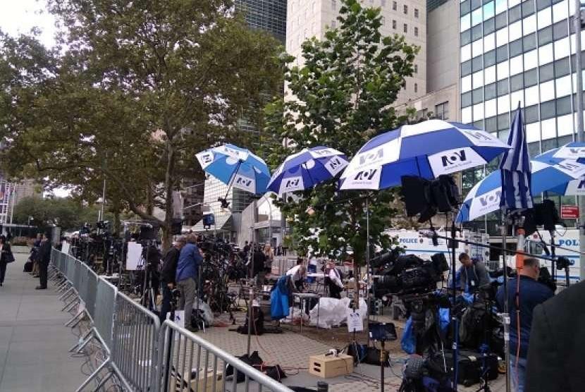 Awak media yang siaga di depan pintu masuk markas PBB New York, Selasa (25/9)