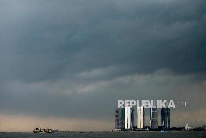 Awan hitam menggantung di Teluk Jakarta, Selasa (2/5). Meski memasuki musim kemarau hujan levat masih sering terjadi di Jakarta