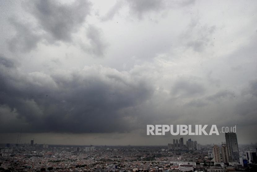 Awan hitam menyelimuti kawasan bagian barat Jakarta, Kamis (11/2). Badan Meteorologi, Klimatologi dan Geofisika (BMKG) memprediksi puncak musim hujan hingga pertengahan bulan Februari.