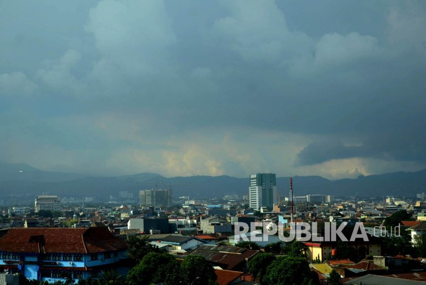 Awan mendung masih menggelayut di atas Kota Bandung, Rabu (18/5). Banjir genangan air hujan akibat tingginya curah hujan pun masih diwaspadai warga kota. (Republika/Edi Yusuf)