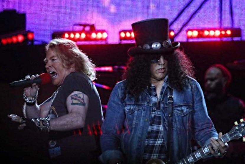 Axl Rose dan Slash dari Guns N' Roses tampil di Melbourne 14 Februari 2017.