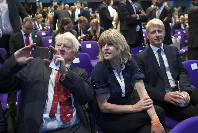Ayah Perdana Menteri Inggris Boris Johnson, Stanley Johnson (kiri), saudari Boris Rachel Johnson, dan adiknya Jo Johnson ketika Boris diumumkan sebagai perdana menteri di London, Inggris, 23 Juli 2019.