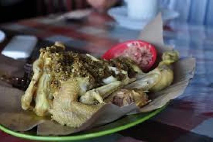 Ayam betutu, kuliner lokal Bali. (ilustrasi)