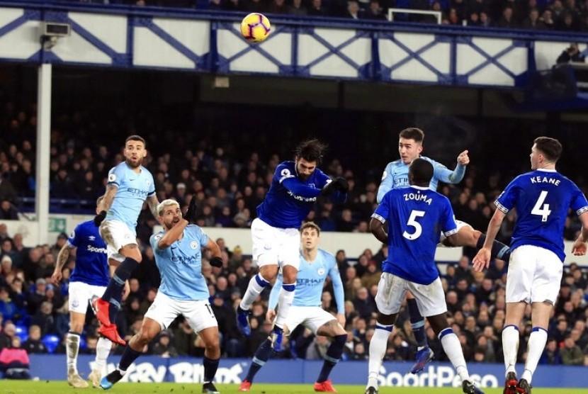 Aymeric Laporte (kedua kanan atas) saat menjebol gawang Everton.