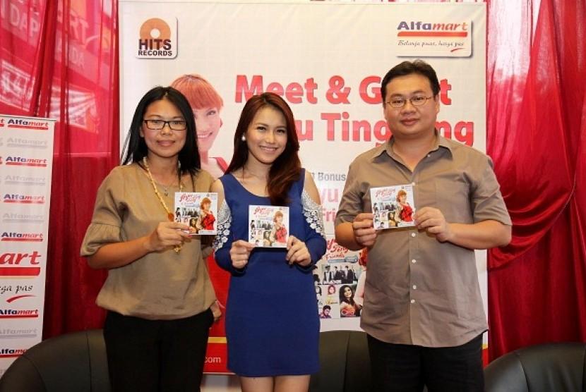 Ayu Ting Ting (tengah) bersama Alfamart