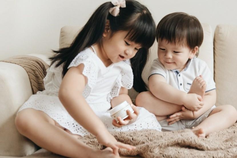 Baby Moonella dan Little Marsson mencoba produk Lalabee.