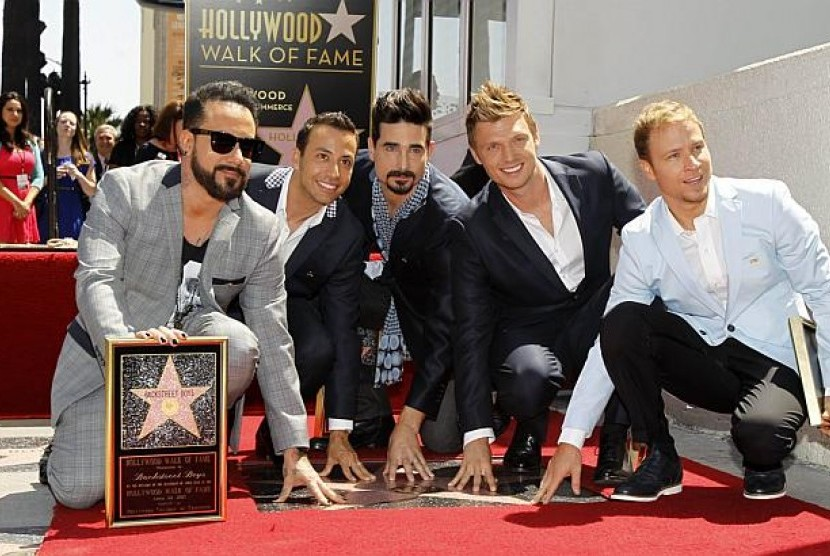 Backstreet Boys (dari kiri) A. J. McLean, Howie Dorough, Kevin Richardson, Nick Carter dan Brian Littrell menyentuh bintang mereka di Walk of Fame, Los Angeles, Senin (22/4/2013)