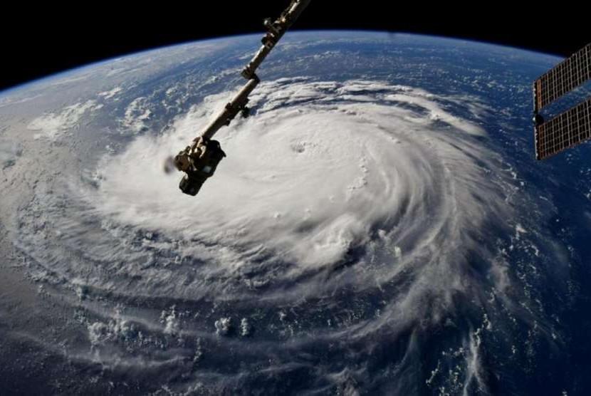 Badai Florence di atas Samudra Atlantik dilihat dari Stasiun Luar Angkasa Internasional, Senin (10/9).