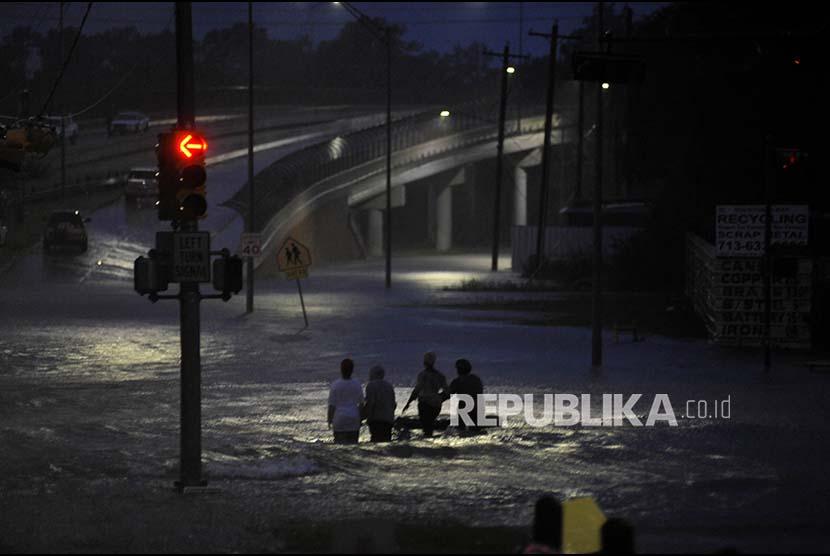 Badai Harvey menyebabkan ketinggian air terus bertambah di Houston Timur, Texas,