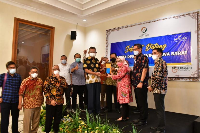 Badan Anggaran DPRD Provinsi Jawa Barat saat melakukan rapat kerja ke Bank Jabar Banten Cabang Surakarta, Jawa Tengah,  dalam rangka mendapatkan data dan informasi terkait dengan kinerja Badan Usaha Milik Daerah (BUMD) khususnya yang berada di luar Provinsi Jawa Barat.