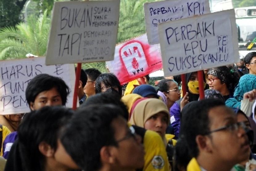 Badan Eksekutif Mahasiswa Se-Indonesia (BEM SI) beraksi damai Rapor Merah KPU di depan Kantor Komisi Pemilihan Umum (KPU), Jakarta, Kamis (8/5).
