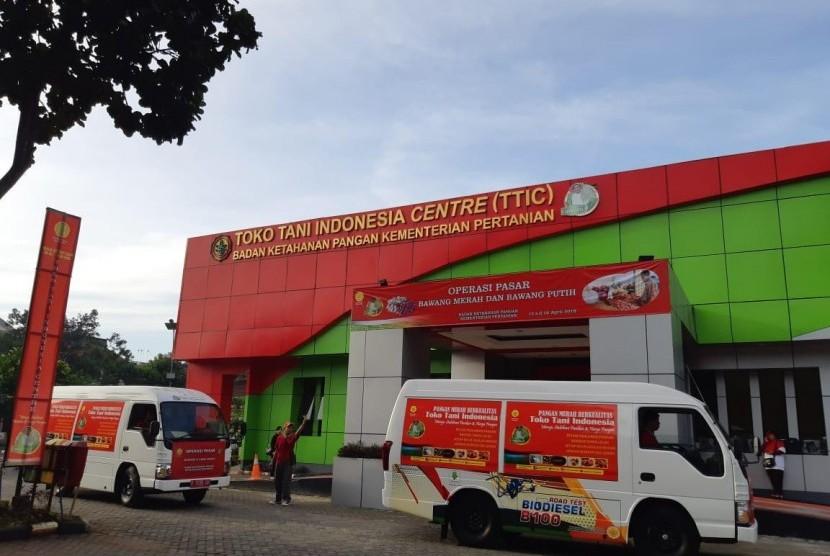 Badan Ketahanan Pangan Kementerian Pertanian menggelar Operasi Pasar untuk meredam harga bawang merah dan bawang putih di Toko Tani Indonesia Center, Jakarta, Jumat (12/4).