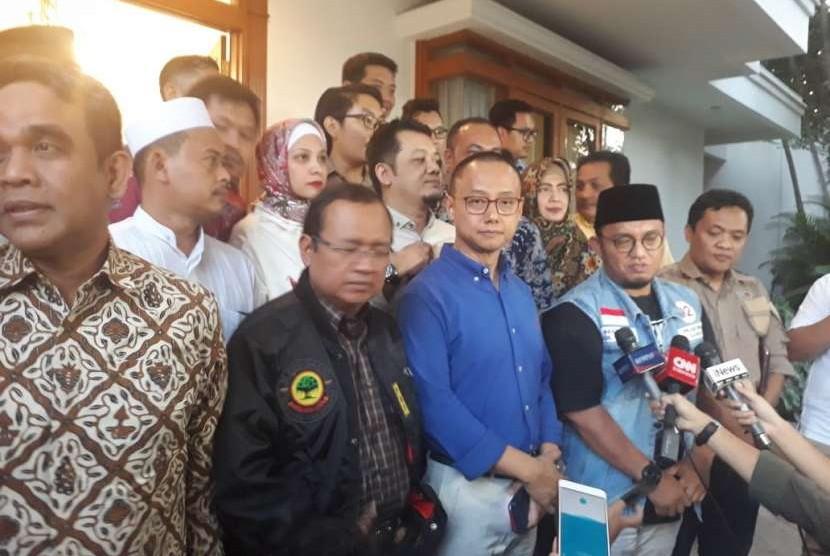 Badan Pemenangan Nasional (BPN) Koalisi Indonesia Adil Makmur menggelar konferensi pers jelang pemeriksaan Anggota Dewan Pembina BPN Amien Rais, di Rumah Daksa, Jakarta, Senin (8/10).