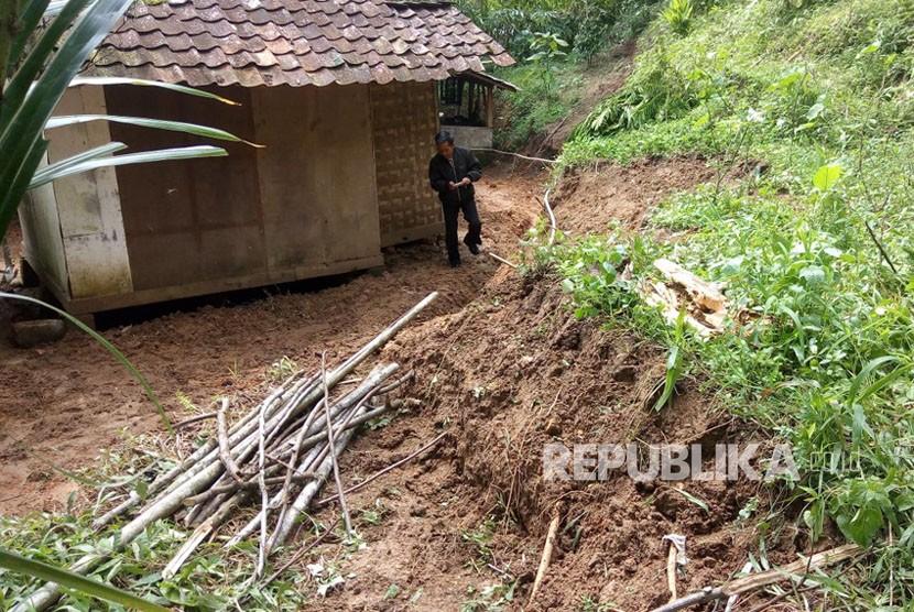 Badan Penanggulangan Bencana Daerah (BPBD) Kabupaten Bandung Barat mengungkapkan telah terjadi pergeseran tanah di Kampung Nendeut RT 01 RW 05, Desa Sukamanah, Kecamatan Rongga, Kabupaten Bandung Barat, Selasa (19/12).