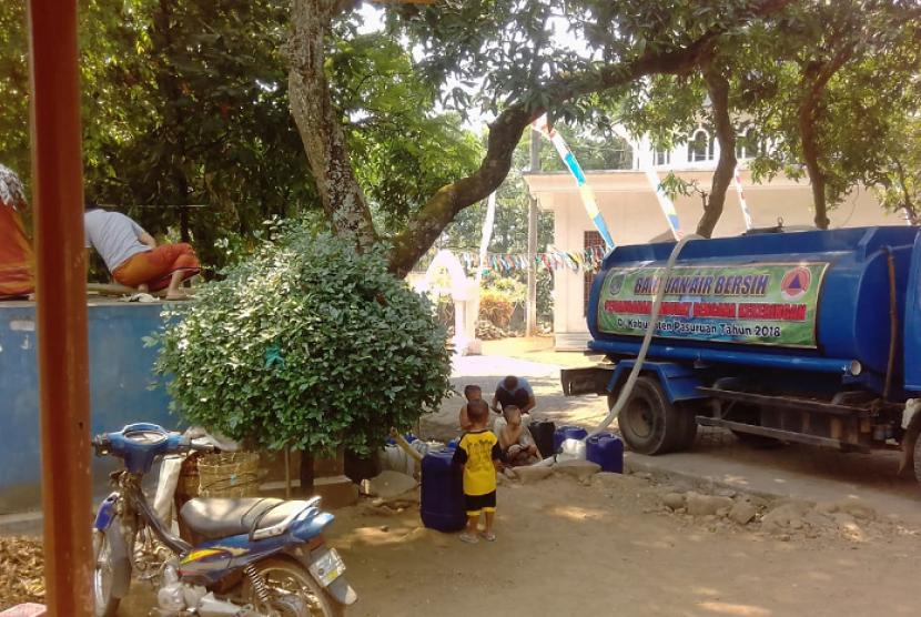 Badan Penanggulangan Bencana Daerah (BPBD) mendistribusikan air bersih / Ilustrasi