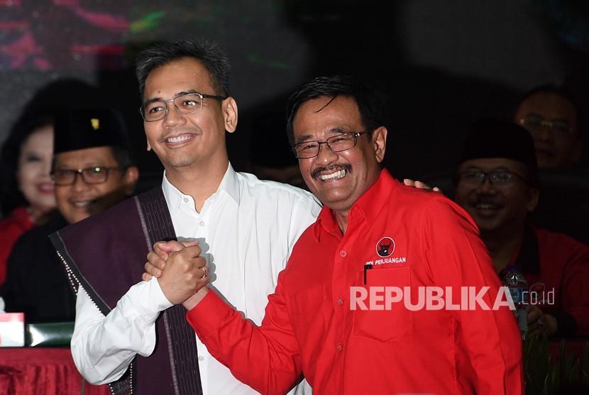 Bakal calon Gubernur dan Wakil Gubernur Sumut Djarot Saiful Hidayat (kanan) dan Sihar Sitorus berjabat tangan saat pengumuman cagub-cawagub yang diusung PDIP di kantor DPP PDIP, Lenteng Agung, Jakarta Selatan, Ahad (7/1).