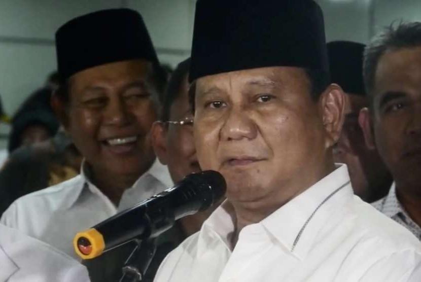 Bakal calon presiden Prabowo Subianto (kedua kanan)