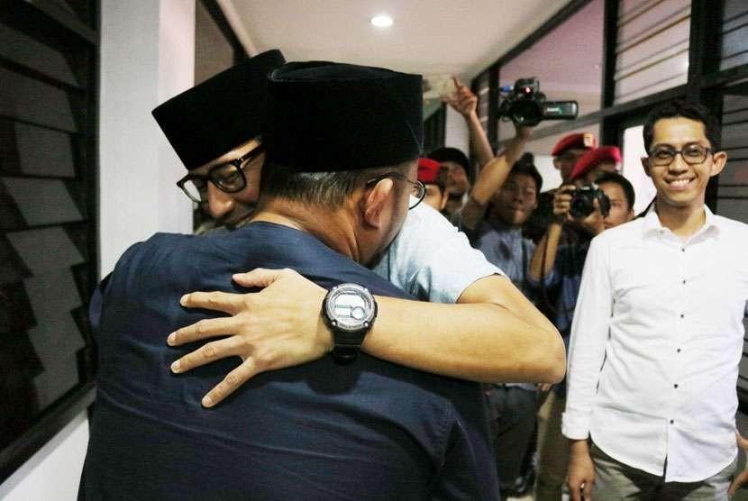 Bakal calon wakil presiden (cawapres) Sandiaga Solahudin Uno memeluk Ketua Umum Pemuda Muhammadiyah Dahnil Anzar Simanjuntak.