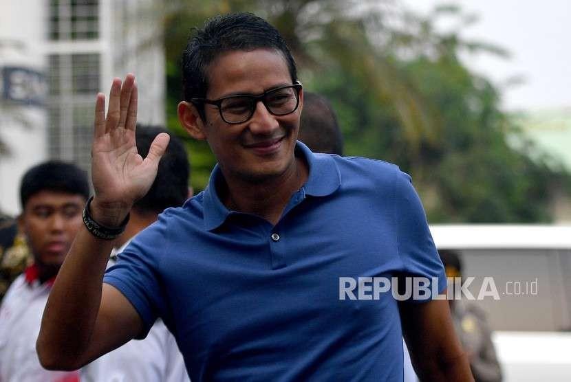 Bakal calon wakil presiden Pilpres 2019 Sandiaga Uno (kanan) tiba untuk menjalani tes kesehatan di RSPAD, Jakarta, Senin (13/8).