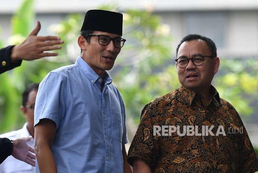 Bakal calon wakil presiden Pilpres 2019 Sandiaga Uno (kiri) didampingi anggota tim pemenangan Prabowo-Sandi, Sudirman Said tiba di gedung KPK, Jakarta, Selasa (14/8).