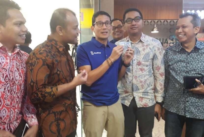 Bakal calon wakil presiden Sandiaga Salahuddin Uno menukarkan sejumlah uang dollar di penukaran uang Dua Sisi, Plaza Senayan, Jakarta, Kamis (6/9).