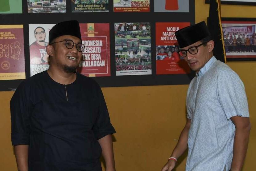 Bakal calon Wakil Presiden Sandiaga Uno (kanan) berbincang dengan Ketua Umum PP Pemuda Muhammadiyah Dahnil Anzar Simanjuntak (kiri) saat berkunjung ke PP Muhammadiyah, Jakarta, Jumat (14/9).