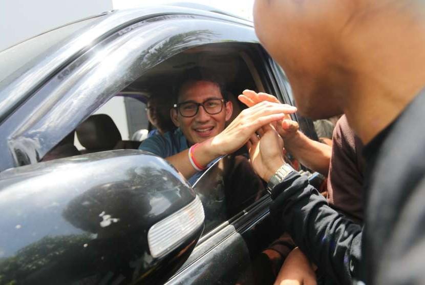 Bakal Calon Wakil Presiden Sandiaga Uno (kiri) menyalami warga. (ilustrasi)