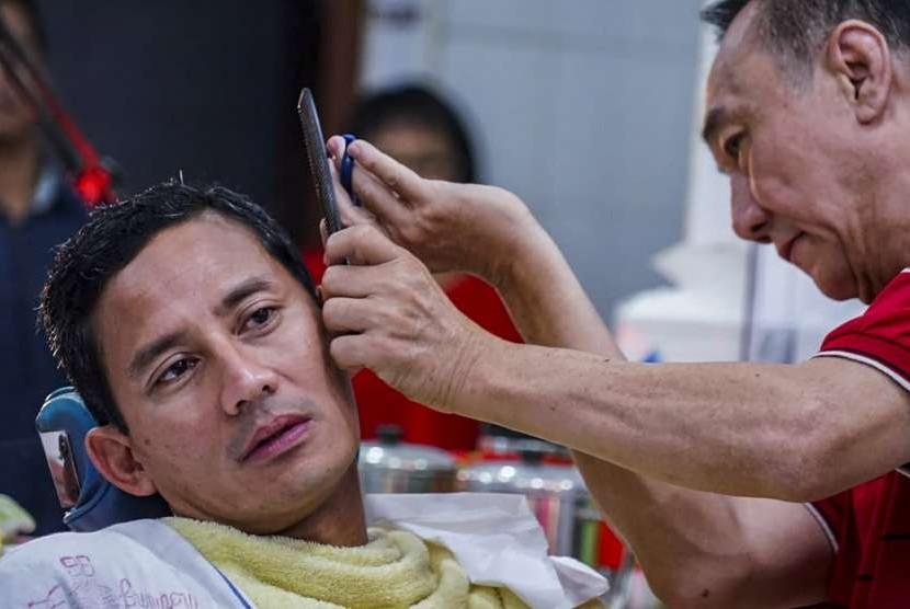 Bakal calon Wakil Presiden Sandiaga Uno memotong rambut di pangkas rambut Ko Tang, Glodok, Jakarta, Selasa (11/9)