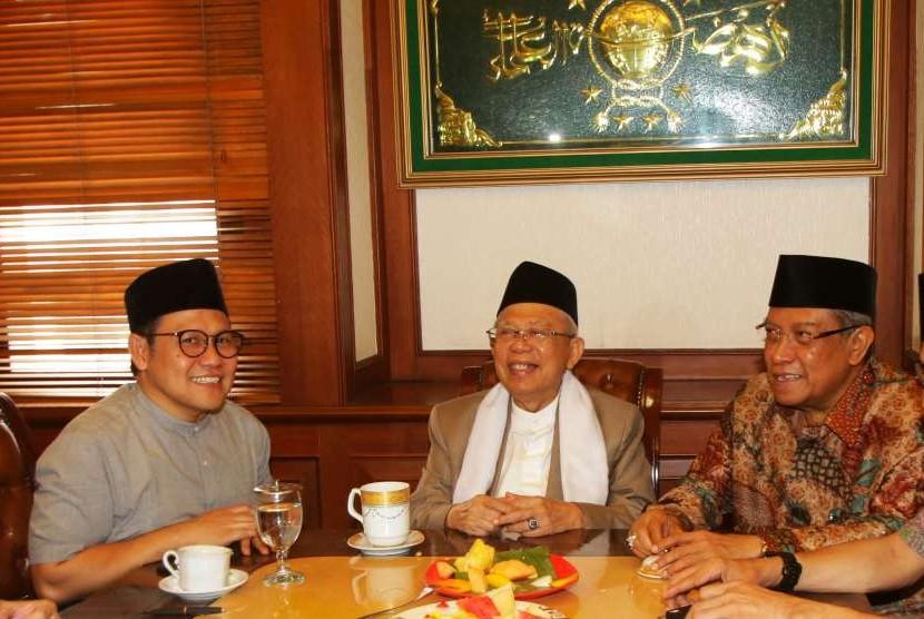 Bakal Calon Wakil Presiden yang juga Rais 'Aam PBNU Ma'ruf Amin (tengah) berbincang bersama Ketua Umum Partai Kebangkitan Bangsa, Muhaimin Iskandar (kiri) dan Ketua Umum PBNU Said Aqil Siradj, saat mendatangi kantor PBNU, Jakarta, Selasa (14/8).