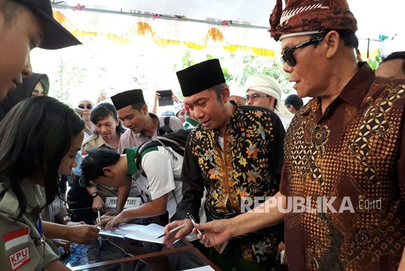 Bakal pasangan calon Ali Bin Dahlan dan Lalu Gede Sakti mendaftar ke Komisi Pemilihan Umum (KPU) NTB pada Senin (8/1). Pasangan yang berasal dari jalur perseorangan merupakan pasangan pertama yang mendaftar di KPU NTB untuk Pilgub NTB 2018.