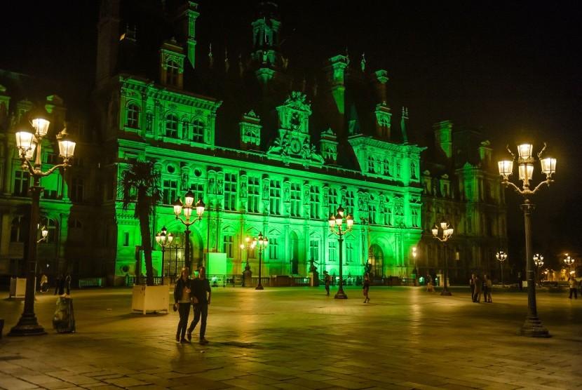 Balai Kota Paris disinari lampu hijau bentuk ketidaksetujuan Paris atas keputusan Presiden AS menarik diri dari Kesepakatan Perubahan Iklim Paris.