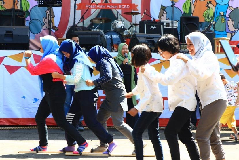 Balap bakiak jadi salah satu permainan rakyat yang dilombakan di Pesta Rakyat SCBD, Ahad (14/4).