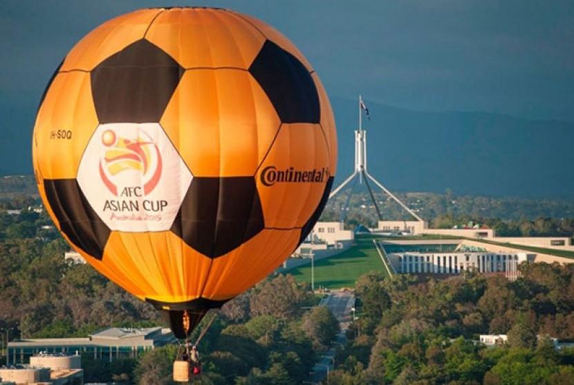 Balon udara panas Piala Asia AFC terbang diatas danau Burley Griffin.