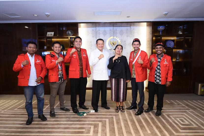 Bamsoet saat menerima Gerakan Mahasiswa Nasional Indonesia (GMNI) di ruang kerja pimpinan DPR RI, Jakarta, Rabu (11/4).