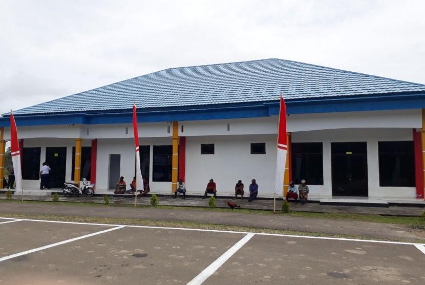 Bandara Kufar di Kabupaten Seram Bagian Timur, Maluku melayani penerbangan rute Kufar-Ambon dengan menggunakan Maskapai Trigana Air.
