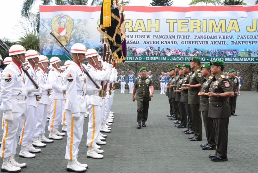 Bandung-Kasad Jenderal TNI Moelyono melantik 10 perwira tinggi untuk menempati posisi strategis di lingkungan TNI AD, salah satunya Pangdam III Siliwangi. Sertijab berlangsung di Lapangan Makodam III Siliwangi, Selasa (14/11)