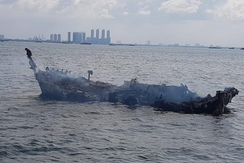 Bangkai kapal itu hanyut terbawa angin dan arus ke perairan lepas di wilayah Tanjung Priok Jakarta yang dapat mengancam keselamatan dan keamanan pelayaran.