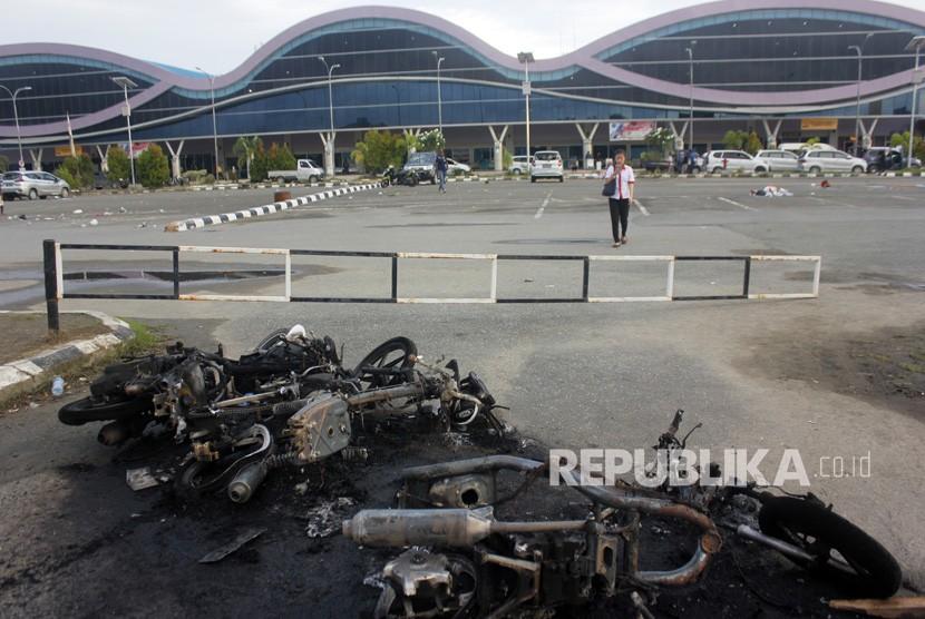 Bangkai sepeda motor usai dibakar massa di parkiran Bandara Domine Eduard Osok (DEO) Kota Sorong, Papua Barat, Senin (19/8/2019).