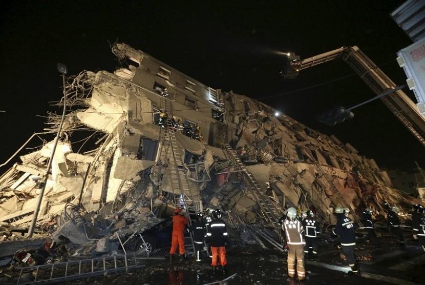 Bangunan permukiman di Taiwan runtuh akibat gempa, Sabtu (6/2).