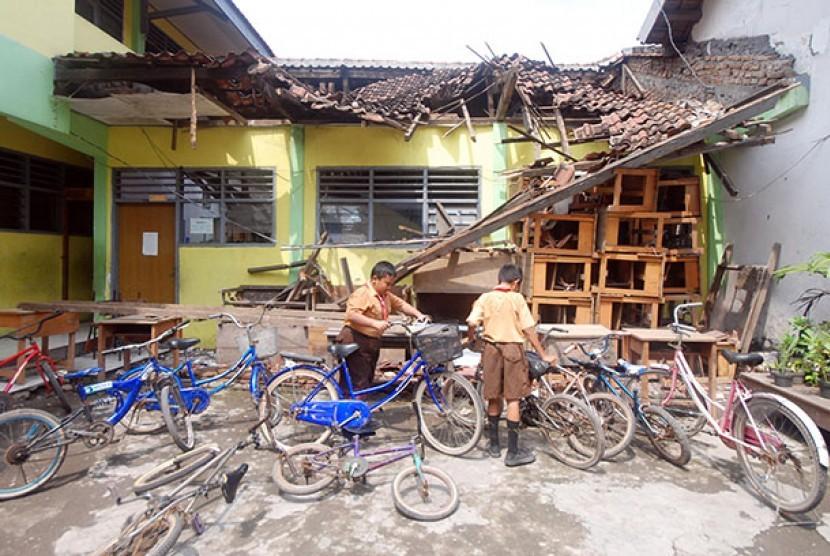 Bangunan ruang kelas yang ambruk  di SDN Siwalankerto IV, Surabaya, ambruk karena dimakan rayap.