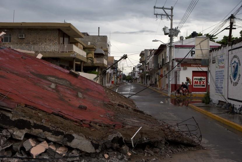 Bangunan runtuh akibat gempa 8.1 skala richter di Juchitan, negara bagian Oaxaca, Meksiko, Ahad (10/9).