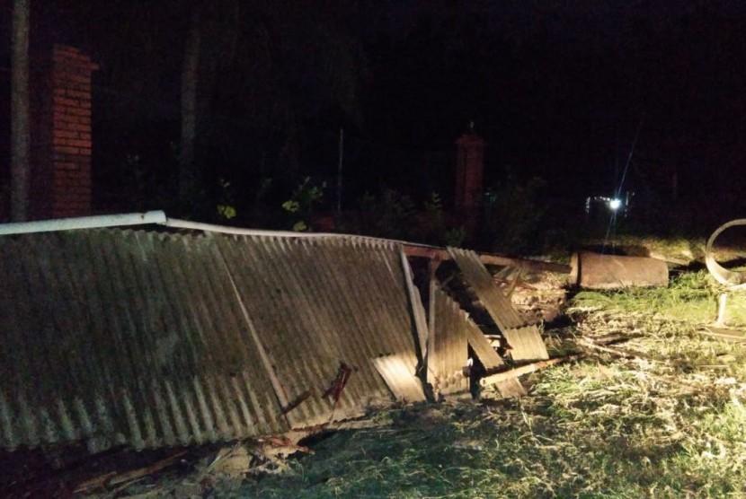 Bangunan warung hancur di tepi jalan raya Anyer, Sabtu (22/12). Sekitar pukul 21.45 gelombang ombak pasang menerpa Pantai Anyer, Banten.