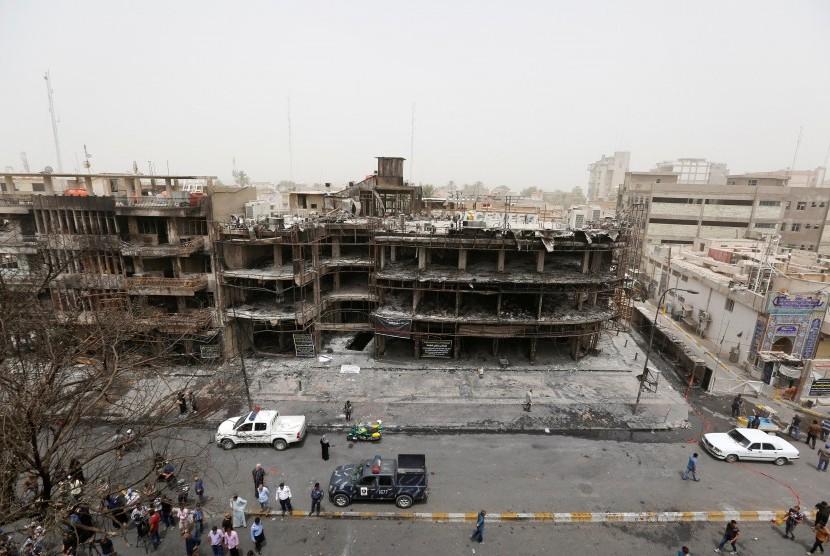 Bangunan yang runtuh akibat bom di Karrada, Baghdad, Irak, Senin (4/7). ISIS mengklaim ada di balik serangan ini.