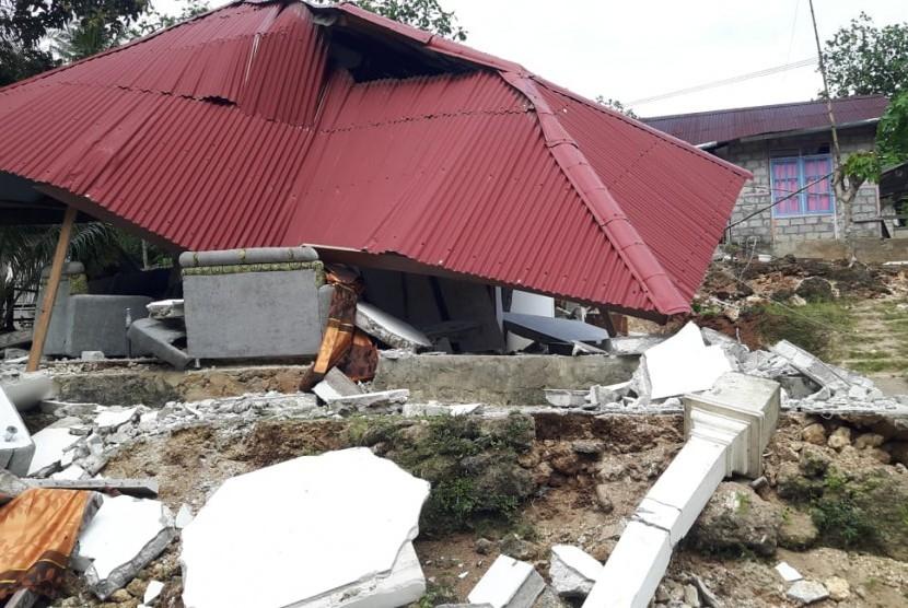 Bangunan yang rusak akibat gempa bumi di wilayah Liang Ambon, Maluku, Jumat (27/9/2019).