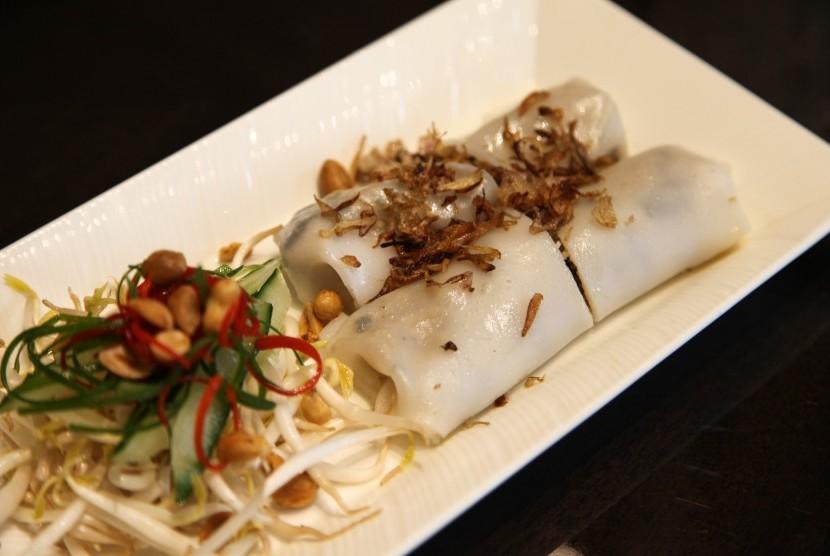 Banh Cuon, lumpia Vietnam dari kulit tepung beras dengan isian ayam dan jamur.
