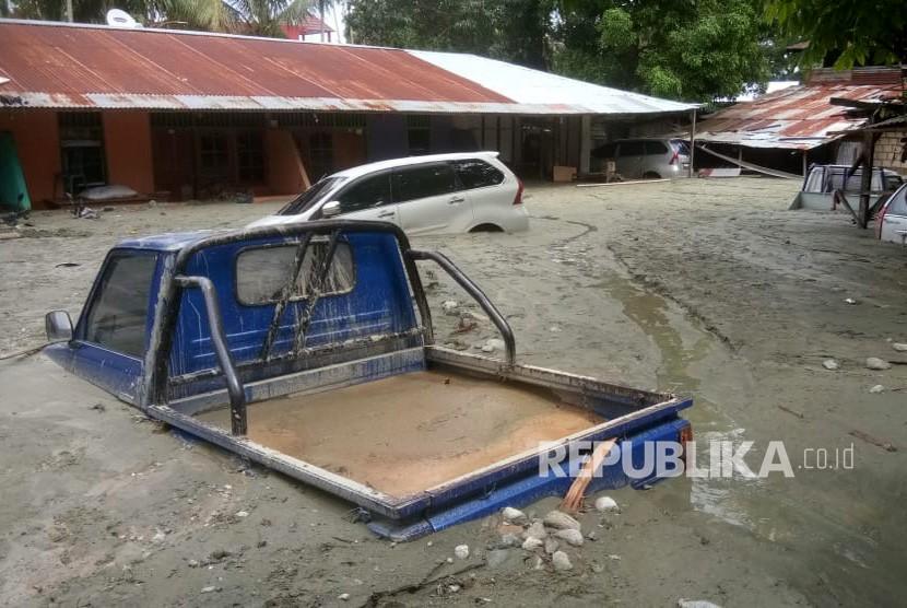 Banjir Bandang Sentani. Sejumlah kendaraan terendam lumpur saat banjir bandang di Sentani, Kabupaten Jayapura, Papua, Ahad (17/3/2019).