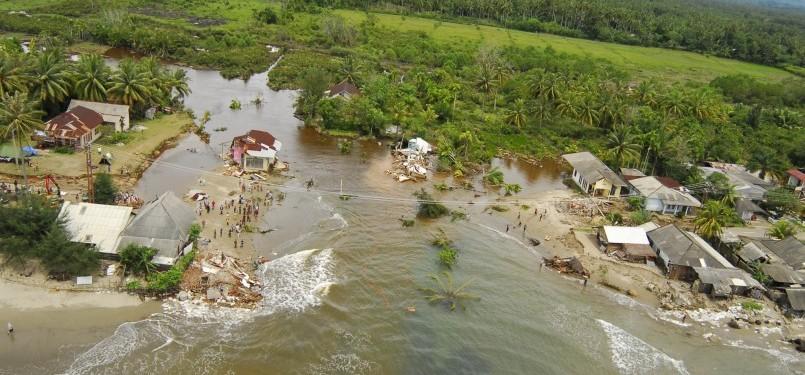 Banjir bandang Sumbar yang menghancurkan infrastruktur desa dan jalan.