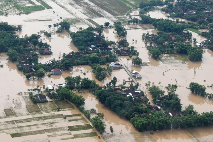 Banjir Jatim. Kondisi banjir di wilayah Kabupaten Ponorogo dilihat dari udara, Jumat (8/3). Sebagian wilayah di Jawa Timur, antara lain Ponorogo, Madiun, Ngawi terendam banjir selama tiga hari sejak Rabu (6/3).