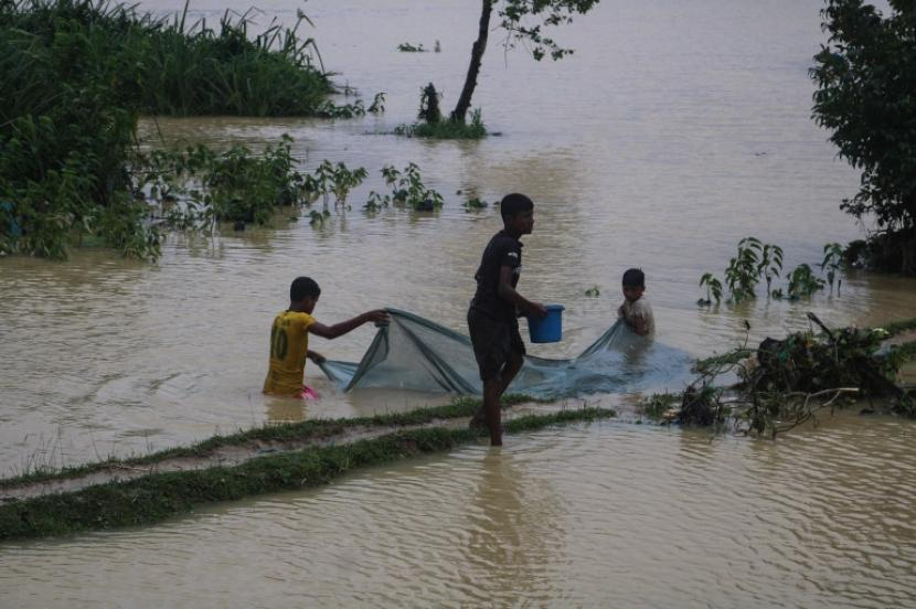 Banjir landa pemukiman kamp pengungsi Rohingnya di Kutupalong, Bangladesh.