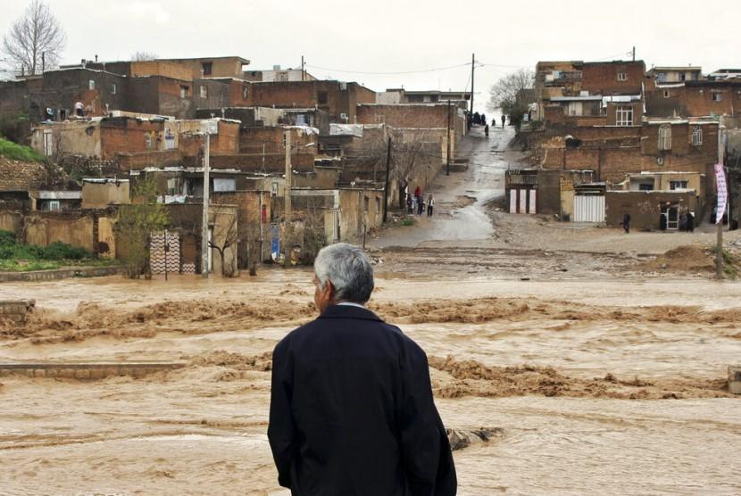 Banjir melanda Kota Khorramabad di provinsi barat Lorestan, Iran, Senin (1/4).